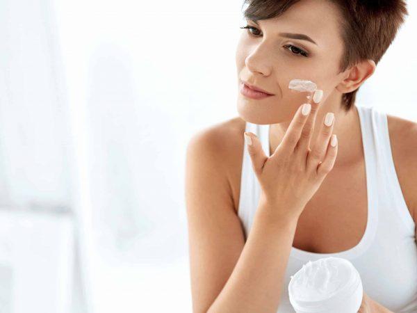 El uso más común de las cremas es para hidratar y reparar distintas zonas de la piel, especialmente el rostro. (Foto: puhhhna / 123rf.com)