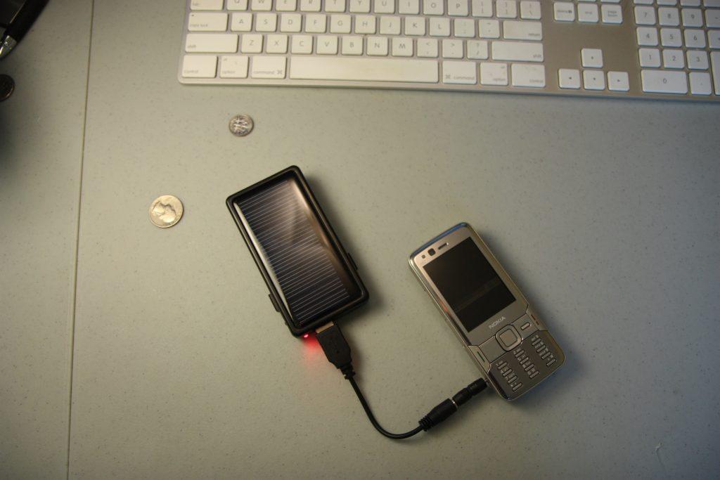 Power bank conectada a celular en mesa