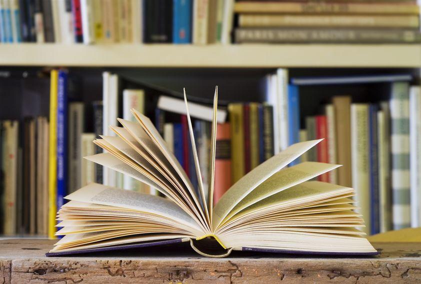 Libro abierto en biblioteca