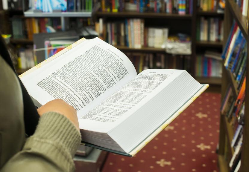 Persona sosteniendo libro