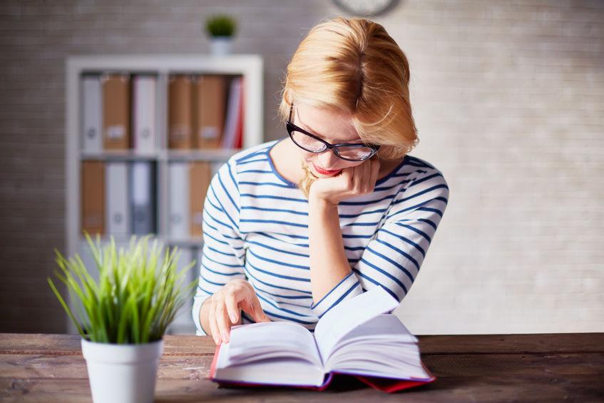 Mujer caucásica leyendo libro