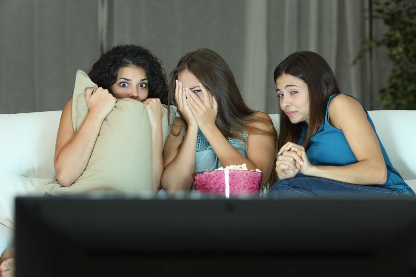 Tres amigas viendo pelicula de terror