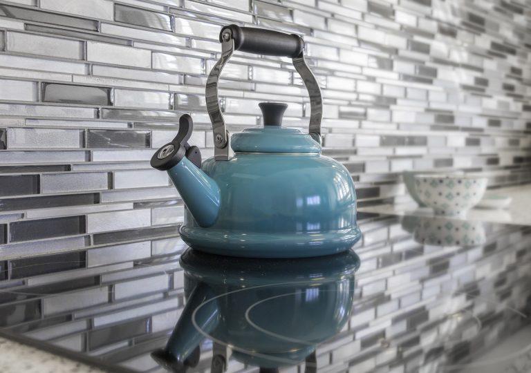 Chaleira azul no fogão de indução.