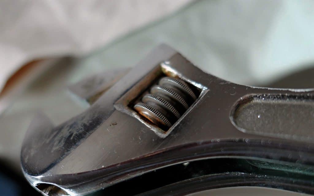 A cabeça de uma chave de fenda prateada.