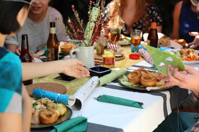 Imagem de pessoas sentadas à mesa com estilo casual e toalha branca