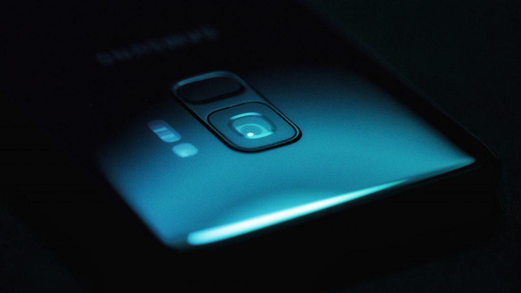 Imagem escurecida mostra a parte superior de um Samsung Galaxy S9.