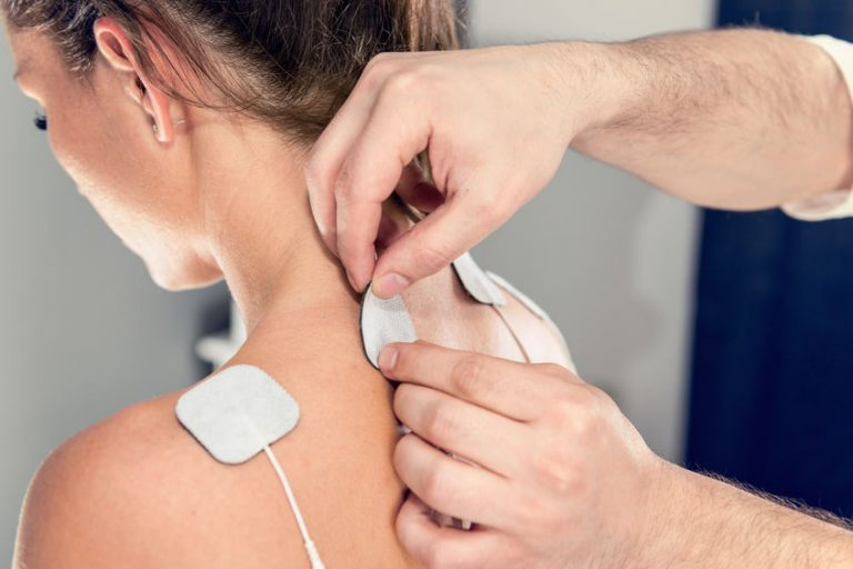Imagem de uma pessoa sendo submetida a uma seção de eletroterapia.
