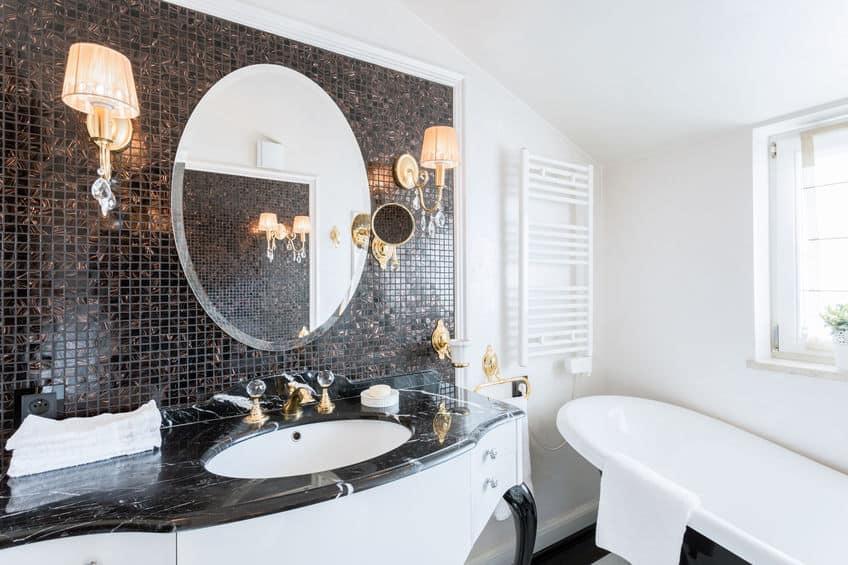 Banheiro com decoração luxuosa e clean.