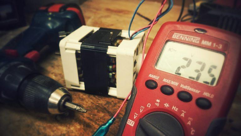 Multímetro com capacímetro.