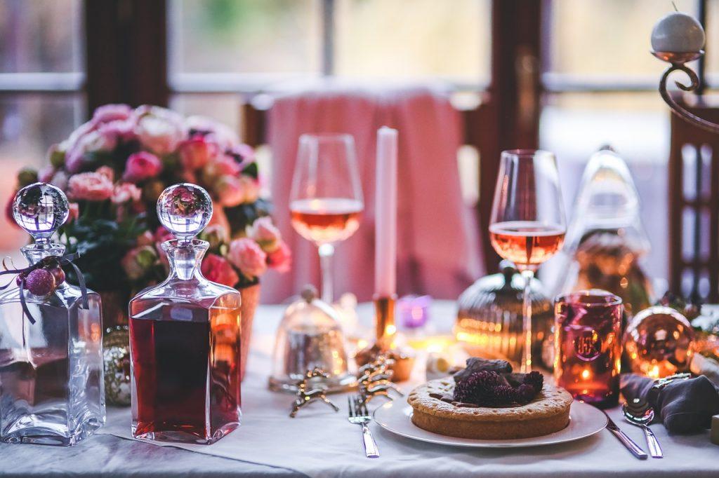 Mesa com decantador de cristal durante a refeição.