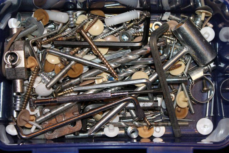 Imagem mostra uma caixa de ferramentas com algumas chaves Allen.