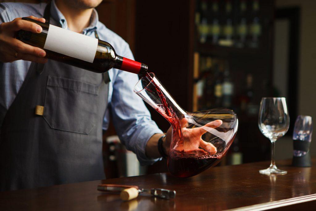 Colocando vinho em decantador.