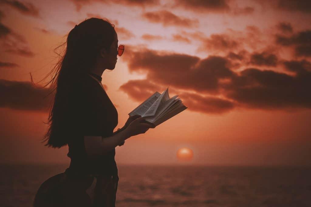 Imagem de uma jovem lendo.