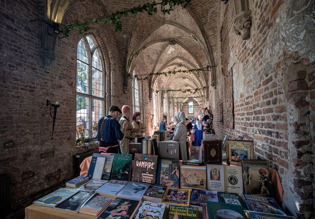 Um bazar de livros em um mosteiro.