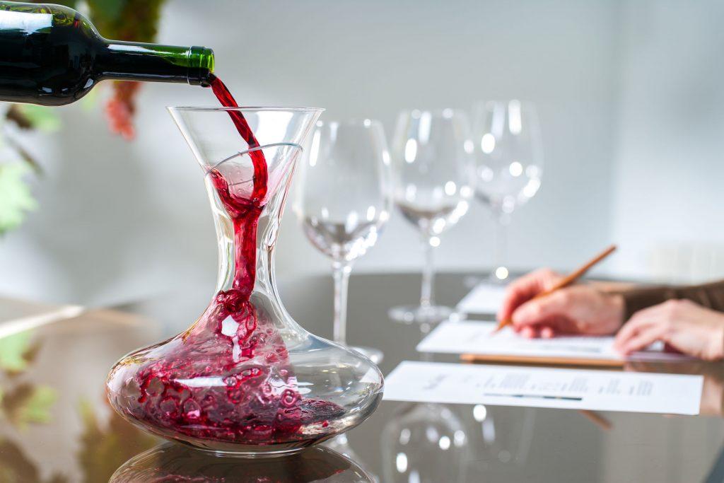 Servindo vinho tinto em decantador.