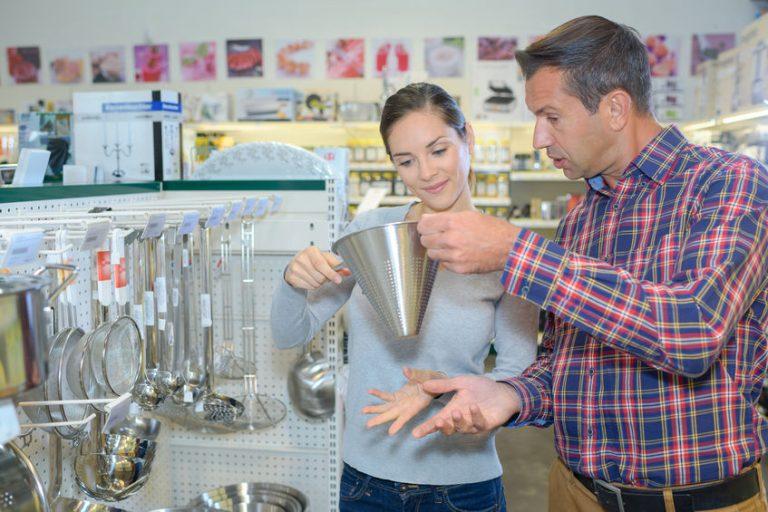 Imagem de casal escolhendo um funil de metal com peneira