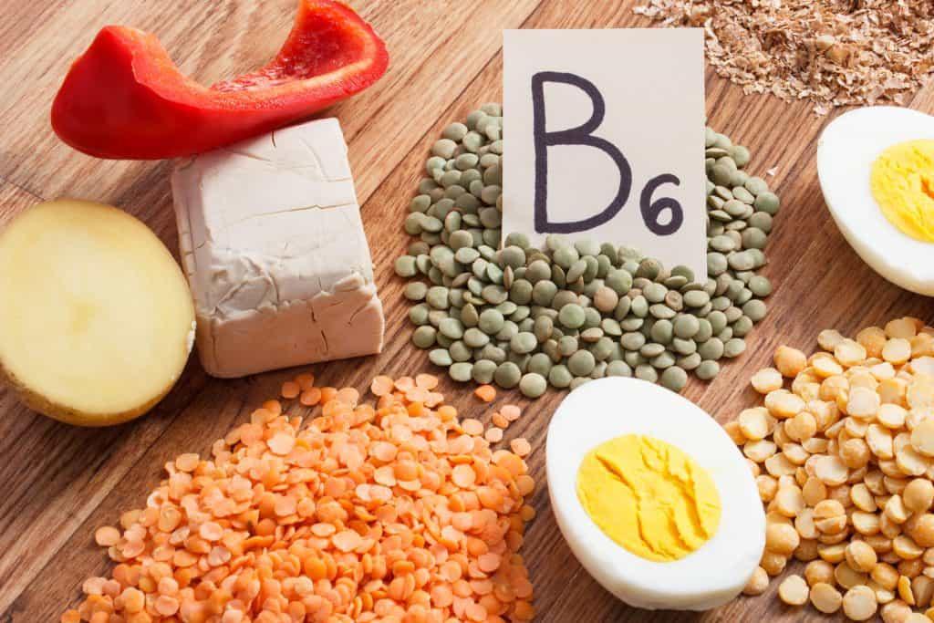 """Ovos, queijos, pimentão, lentilhas e grão, com placa escrita """"B6""""."""