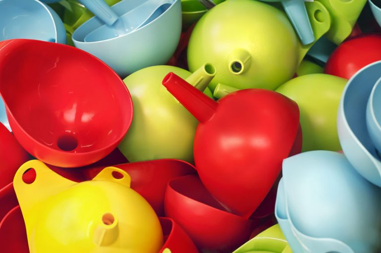 Imagem de vários funis de plástico coloridos
