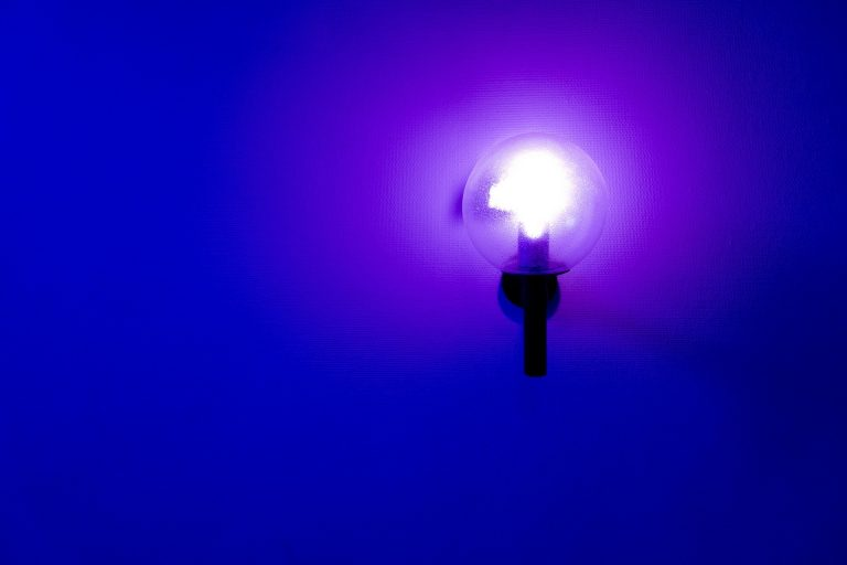 Lâmpada com fundo azul.
