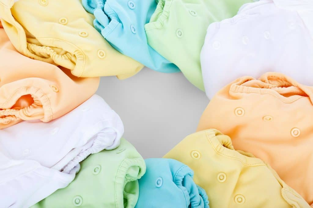 Várias fraldas de pano de cores diferentes.
